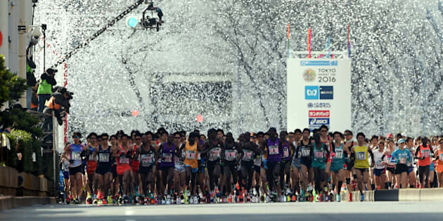 Runners start in front of the Tokyo Metropolitan Government building during the Tokyo Marathon 2016 in Tokyo on February 28, 2016.     AFP PHOTO / TOSHIFUMI KITAMURA / AFP / TOSHIFUMI KITAMURA        (Photo credit should read TOSHIFUMI KITAMURA/AFP/Getty Images)