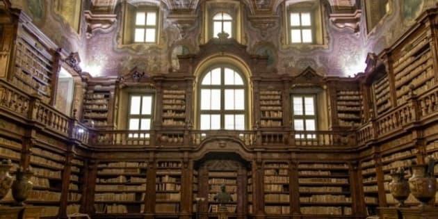 "<b>Wikipedia: <a href=""https://it.wikipedia.org/wiki/Napoli"" rel=""nofollow"">Napoli</a>.</b> <b>Wikipedia: <a href=""https://it.wikipedia.org/wiki/Biblioteca_dei_Girolamini"" rel=""nofollow"">Biblioteca dei Girolamini</a>.</b> <b>Wikipedia: <a href=""https://it.wikipedia.org/wiki/Chiostri_dei_Girolamini"" rel=""nofollow"">Chiostri dei Girolamini</a>.</b>"