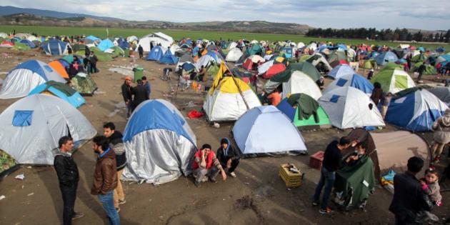 ++english below++ //Nicht-kommerzielle Nutzung mit Namensnennung erlaubt // Ausnahmen für rechtsradikale, faschistische, rechtspopulistische und xenophobe Personen/Gruppen/Medien // Für kommerzielle Nutzung oder Foto ohne Wasserzeichen Mail an tim-lueddemann@tim-lueddemann.de//  Seit mehreren Wochen harren tausende Geflüchtete nahe dem griechisch-mazedonischen Grenzort Idomeni aus. Das ursprünglich für 4.000 gebaute Camp ist mittlerweile auf 12.000 Menschen angewachsen. Die aufgebauten Großzelthallen sind hoffnungslos überfüllt. Die meisten Menschen schlafen in Campingzelten, die von Privatmenschen gespendet wurden. Bei Regen verwandelt sich das Gelände in eine Schlammlandschaft. In der Nacht halten sich die Menschen warm, in dem sie mit aus den Wäldern gesammeltem Holz Feuer machen.  +++++++++++ //Non commercial Use for free by giving the name // Except for right wing, fascist, and xenophobic persons/groups/media // For commercial use and use without watermark send a mail to tim-lueddemann@tim-lueddemann.de//  Since several weeks thousands of refugees persevere near the greek-macedonian border place Idomeni. The original planned camp for 4000 people has to take now 12.000. Die big tents are completely overcrowed. Most of the people sleep in camping tents, donated by private people. After rain the area is going to be a mud landscape. In the night the people try to get warm by making fire with wood, collected in the near forests.