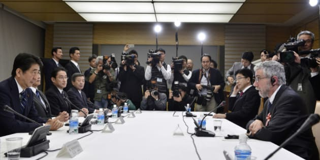 Paul Krugman (R) , Nobel Prize-winning economist and professor emeritus of economics and international affairs at Princeton University, talks to Japan's Prime Minister Shinzo Abe (L) at the during a meeting discussing global economy hosted by Abe at Abe's official residence in Tokyo, Japan, March 22, 2016. REUTERS/Franck Robichon/Pool