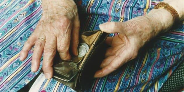 (GERMANY OUT) Eine alte Frau mit Kittelschürze hält ein geöffnetes Portemonnaie in der Hand und zählt die Münzen darin. Rente, Sozialhilfe, Altersarmut, Armut. Aufgenommen April 1994. Symbolbild (Photo by Bonn-Sequenz/ullstein bild via Getty Images)