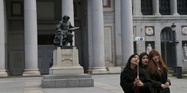 Tourists take a selfie beside a statue of Spanish painter Diego Velazquez outside El Prado Museum in central Madrid, Spain, January 18, 2016. United Nations World Tourism Organisation (UNWTO) said global tourism rose 4.4 percent last year from a year earlier to 1.2 billion international travelers and was expected to expand by 4 percent in 2016 year on year. REUTERS/Susana Vera