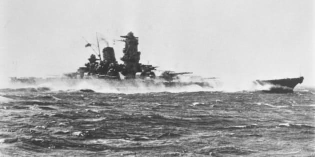 水しぶきを上げる戦艦大和