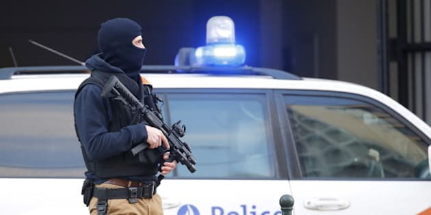 A Belgian special forces police officer stands guard outside a courthouse as Paris attacks suspect Salah Abdelslam remains in police custody, in Brussels, Belgium, April 7, 2016. REUTERS/Yves Herman
