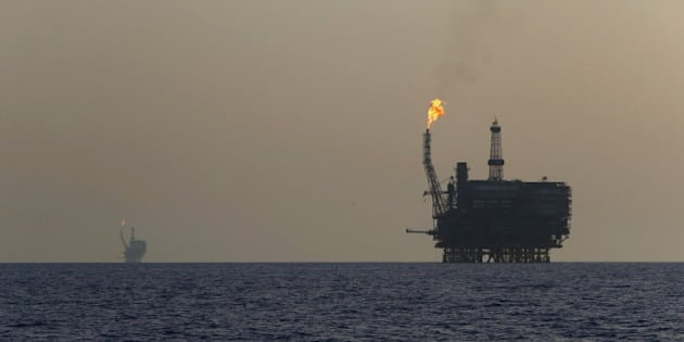 Offshore oil platforms are seen at the Bouri Oil Field off the coast of Libya August 3, 2015. Oil prices lurched 5 percent lower on Monday to their lowest since January, taking global benchmark Brent below $50 a barrel as weak factory activity in China deepened a commodity-wide rout. REUTERS/Darrin Zammit Lupi MALTA OUT. NO COMMERCIAL OR EDITORIAL SALES IN MALTA