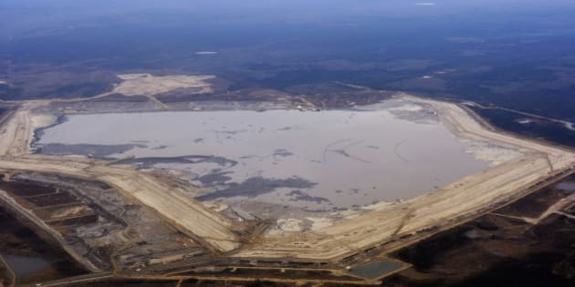The Suncor tar sands tailings pond at their tar sands operation north of Fort McMurray, Alberta, November 3, 2011. A tailings pond holds all the toxic waste from oil sands extraction process. REUTERS/Todd Korol (CANADA - Tags: BUSINESS ENERGY)
