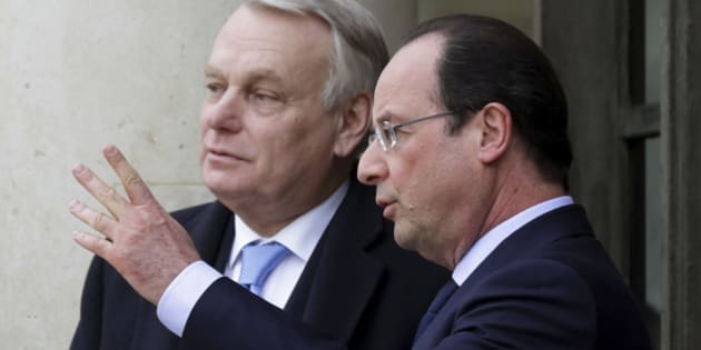 French President Francois Hollande (R) speaks with Prime Minister Jean-Marc Ayrault after a joint Franco-German cabinet meeting at the Elysee Palace in Paris, February 19, 2014.   REUTERS/Philippe Wojazer (FRANCE - Tags: POLITICS)