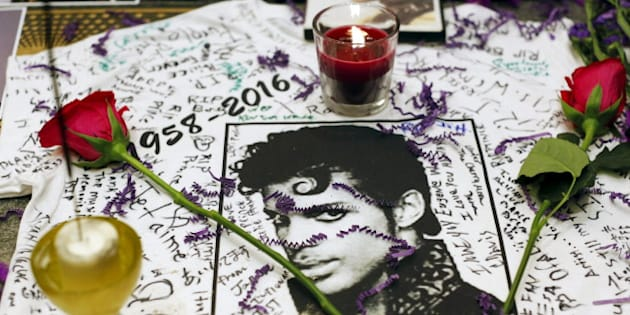A makeshift memorial is seen as fans gather at Harlem's Apollo Theater to celebrate the life of deceased musician Prince in the Manhattan borough of New York, U.S., April 21, 2016.  REUTERS/Andrew Kelly         EDITORIAL USE ONLY. NO RESALES. NO ARCHIVE