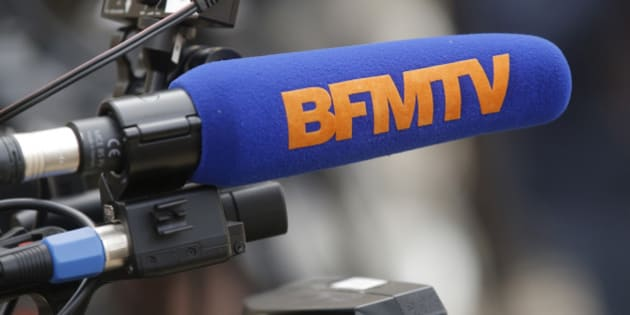 A microphone of French TV channel BFMTV is seen in the courtyard of the Elysee Palace in Paris, March 21, 2016. REUTERS/Christian Hartmann