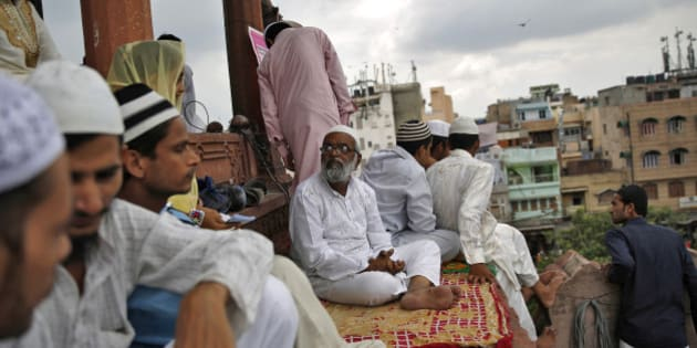 Muslims sit inside the compound of Jama Masjid (Grand Mosque) before the start of last Friday prayers of the holy fasting month of Ramadan in the old quarters of Delhi July 25, 2014. REUTERS/Ahmad Masood (INDIA - Tags: RELIGION SOCIETY)
