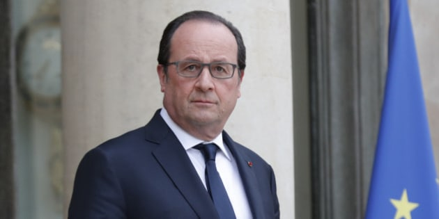 French President Francois Hollande waits for a guest at the Elysee Palace in Paris, France, May 2, 2016.  REUTERS/Philippe Wojazer