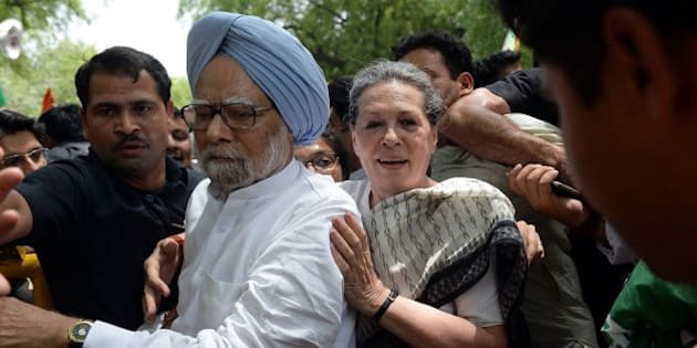 Former Indian prime minister Manmohan Singh (L) and Congress Party President Sonia Gandhi (C) take part in the 'March for Democracy' protest against the National Democratic Alliance (NDA) government led by the Bharatiya Janata Part's (BJP)  Narendra Modi in New Delhi on May 6, 2016. 