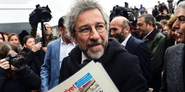 Turkish daily Cumhuriyet's editor-in-chief Can Dundar arrives at the Istanbul courthouse before his trial on March 25, 2016.