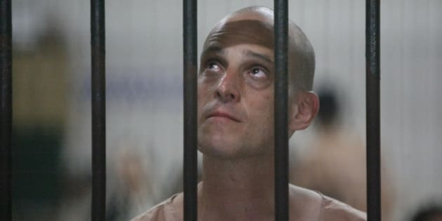 Australian writer Harry Nicolaides waits inside a detention cell of the Bangkok's Criminal Court January 19, 2009. Nicolaides pleaded guilty to defaming Thailand's crown prince on Monday and faces up to 15 years in jail when he is sentenced later in the day. REUTERS/Sukree Sukplang  (THAILAND)