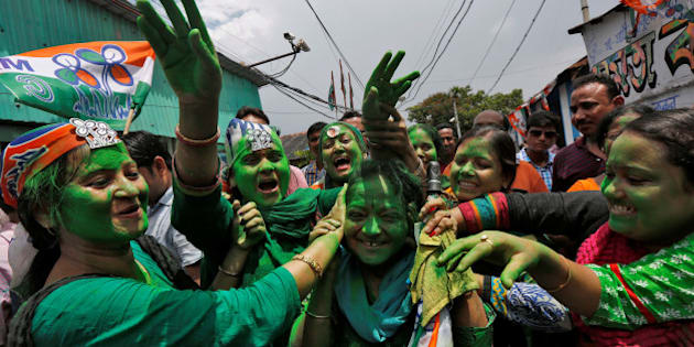 Supporters of Trinamool Congress (TMC) celebrate after learning the initial poll results of the West Bengal Assembly elections, in Kolkata, India May 19, 2016. REUTERS/Rupak De Chowdhuri