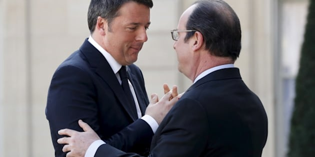 French President Francois Hollande welcomes Italian Prime Minister Matteo Renzi to a gathering of European Social Democrat leaders at the Elysee palace in Paris, France, March 12, 2016. REUTERS/Philippe Wojazer