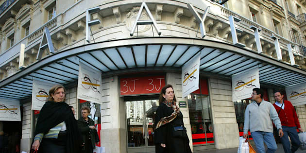 ** ADVANCE TO GO WITH STORY SLUGGED TRV-EUROPE WITH TEENS, BY ULA ILNYTZKY ** People leave the Galeries Lafayette department store after shopping in Paris Thursday Oct.21, 2004. (AP Photo/Michel Euler)