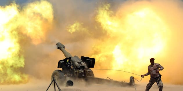A member of the Iraqi security forces fires artillery during clashes with Islamic State militants near Falluja, Iraq, May 29, 2016.  REUTERS/Alaa Al-Marjani     TPX IMAGES OF THE DAY