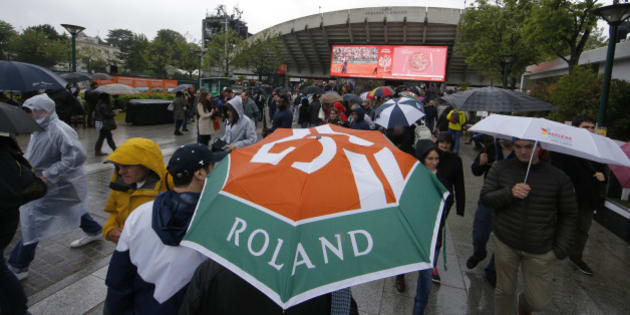 Tennis - French Open - Roland Garros - France - Paris, France - 30/05/16 - Spectators leave after matches are cancelled due to rain.      REUTERS/Gonzalo Fuentes