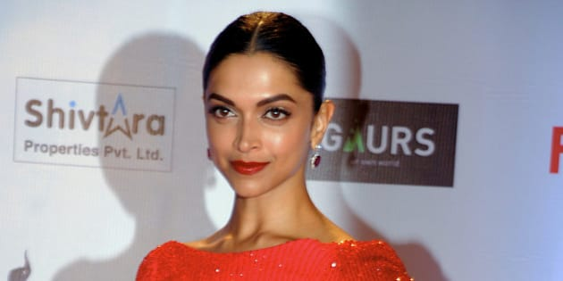 Indian Bollywood actress Deepika Padukone attends the '61st Filmfare Awards 2016' ceremony in Mumbai on January 15, 2016.   AFP PHOTO / AFP / STR        (Photo credit should read STR/AFP/Getty Images)