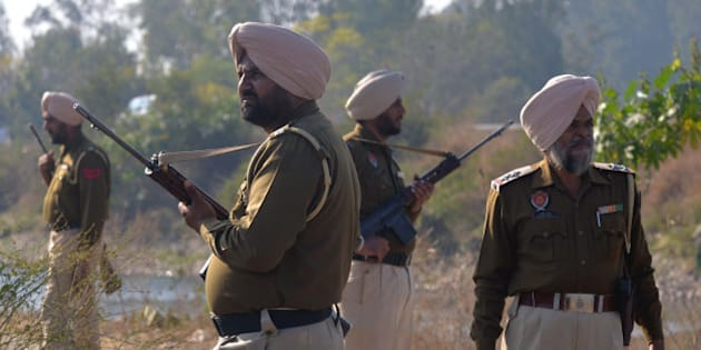 Indian police personnel stand alert near the airforce base in Pathankot on January 5, 2016.   Umbrella group of Pakistani proxy jihadist outfits fighting in Indian-controlled Kashmir, the United Jihad Council, claimed responsibility for the attack in a statement issued to the media on January 4, after a weekend of fierce fighting with insurgents left seven soldiers dead.      AFP PHOTO/ NARINDER NANU / AFP / NARINDER NANU        (Photo credit should read NARINDER NANU/AFP/Getty Images)