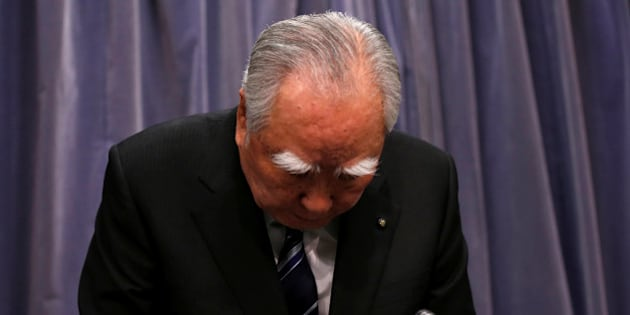 Suzuki Motor Chairman and Chief Executive Officer Osamu Suzuki bows during a news conference at the Land, Infrastructure, Transport and Tourism Ministry in Tokyo, Japan May 31, 2016. REUTERS/Issei Kato