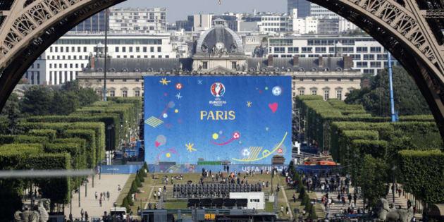 Football Soccer - Euro 2016 - France's Training - Paris - 7/6/16 - Fan zone at the Champs de Mars near the Eiffel Tower ahead of the UEFA 2016 European Championship in Paris, France, June 7, 2016.  REUTERS/Charles Platiau