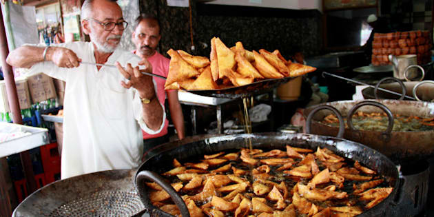 Frying mutton samosa in Bangalore during ramzan