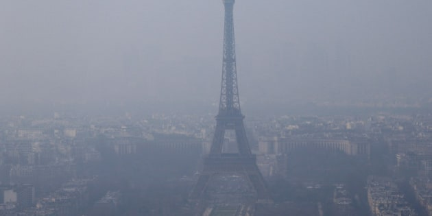 A general view shows the Eiffel Tower and the Paris skyline through a small-particle haze March 18, 2015. The French capital and much of northern France awoke to a spike in pollution on Wednesday.   REUTERS/Gonzalo Fuentes (FRANCE - Tags: ENVIRONMENT TRAVEL CITYSCAPE)