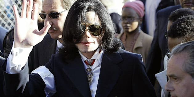 SANTA MARIA, UNITED STATES:  Pop star Michael Jackson (C) arrives, with his lawyer Mark Geragos (behing Jackson, glasses) at the courthouse in Santa Maria, California, 16 January, 2004, for his arraignment on child molestation charges. Jackson pleaded not guilty to the charges.    AFP PHOTO/HECTOR MATA  (Photo credit should read HECTOR MATA/AFP/Getty Images)