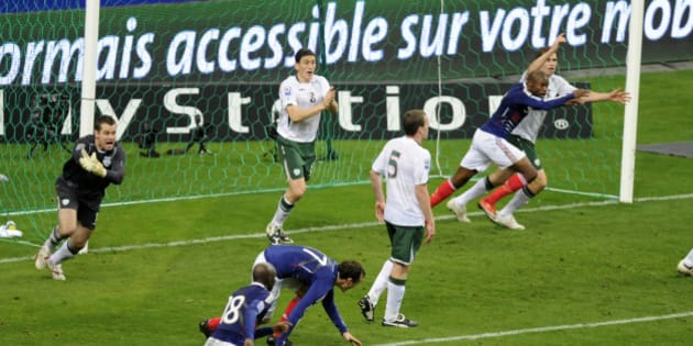 Ireland's goalkeeper Shay Given (L) reacts after controversial goal by France's William Gallas (2nd R) where team captain Thierry Henry touched the ball during their World Cup qualifying playoff match at the Stade de France stadium in Saint-Denis near Paris November 18, 2009.   REUTERS/Jacky Naegelen   (FRANCE SPORT SOCCER)