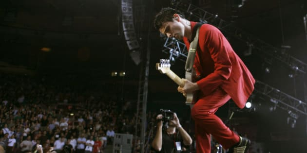"""Guitarist Matthew Bellamy of the band """"Muse"""" performs on stage at Madison Square Garden in New York August 6, 2007. REUTERS/Lucas Jackson (UNITED STATES)"""