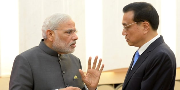 Indian Prime Minister Narendra Modi (L) talks with Chinese Premier Li Keqiang after a news conference at the Great Hall of the People in Beijing, China, May 15, 2015. REUTERS/Kenzaburo Fukuhara/Pool