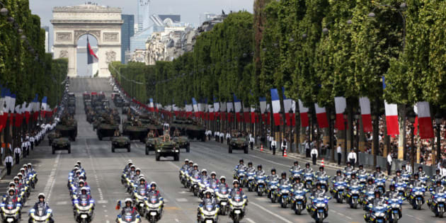 French gendarmerie and police motorcyclists ride in formation down the Champs Elysee avenue during the traditional Bastille Day military parade in Paris, France, July 14, 2015. In the background, the Arc de Triomphe.       REUTERS/Mal Langsdon
