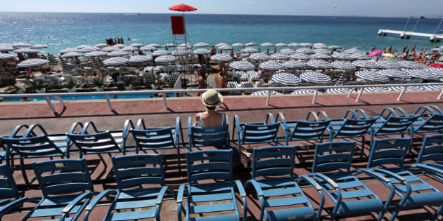 A woman enjoys a warm and sunny summer day on the Promenade Des Anglais in Nice, August 8, 2014.     REUTERS/Eric Gaillard (FRANCE - Tags: SOCIETY ENVIRONMENT)