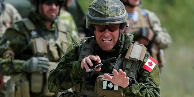 Canadian military instructors and Ukrainian servicemen take part in a military exercise at the International Peacekeeping and Security Center in Yavoriv, Ukraine, July 12, 2016.  REUTERS/Gleb Garanich