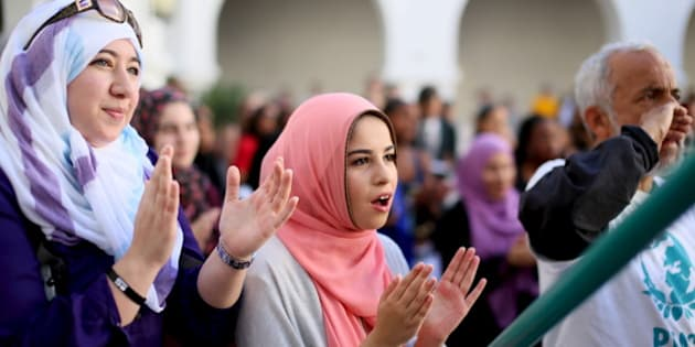 Yesmeena Buzeriba (C) chants along with other students at a rally against Islamophobia at San Diego State University in San Diego, California, November 23, 2015.  REUTERS/Sandy Huffaker