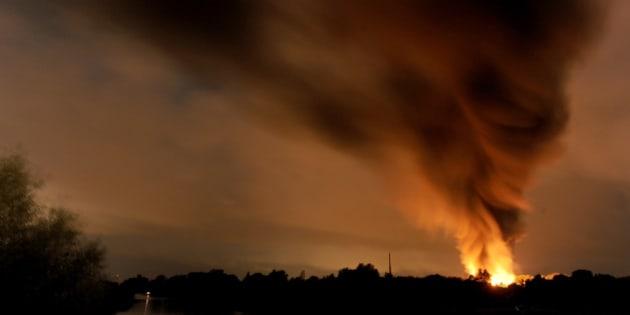 Imagen de incendio en una planta de residuos químicos en Ritterhude, cerca de Bremen, Alemania, la noche del martes 9 de septiembre de 2014. (Foto AP/dpa, Ingo Wagner)