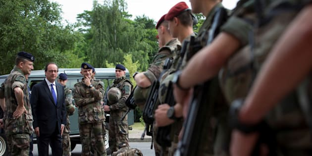 French President Francois Hollande reviews troops at the Army base and command centre for France's 'Vigipirate' plan, dubbed 'Operation Sentinelle', at the fort of Vincennes, on the outskirts of Paris, France, July 25, 2016.   REUTERS/Ian Langsdon/Pool