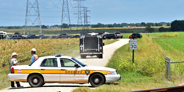 Authorities head down a dirt road toward to investigate the scene of a hot air balloon crash that left 16 feared dead near Maxwell, Texas, U.S. July 30, 2016. REUTERS/Robin Jerstad