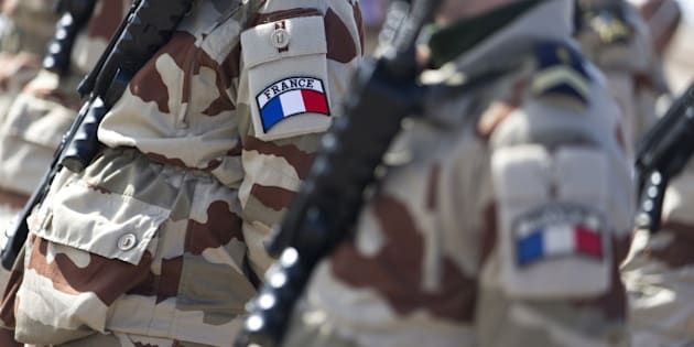French soldiers stand at an army base, where French army aircraft are based, in Jordan January 1, 2016. France carried out air strikes early on Friday against oil sites in Syria near Islamic State's stronghold of Raqqa, French Defence Minister Jean-Yves Le Drian said during a visit to a military base in Jordan.   REUTERS/Kenzo Tribouillard/Pool