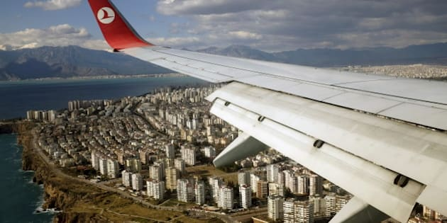 A Turkish Airlines Boeing 737-800 aircraft approaches to land at Antalya International airport in the Mediterranean resort city of Antalya, Turkey, January 8, 2016.  REUTERS/Murad Sezer