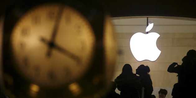 The Apple logo is pictured behind the clock at Grand Central Terminal in the Manhattan borough of New York, February 21, 2016.   REUTERS/Carlo Allegri/File Photo     TPX IMAGES OF THE DAY