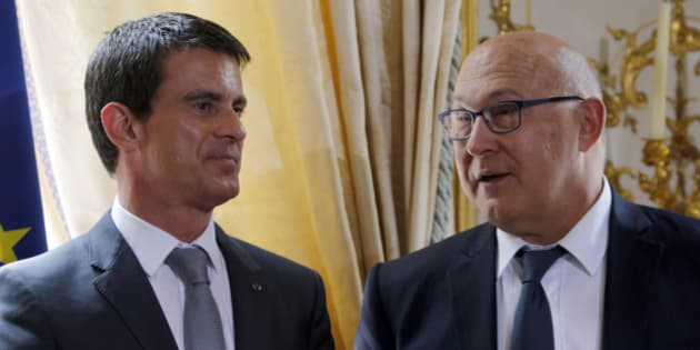 French Prime Minister Manuel Valls (L) and French Finance Minister Michel Sapin attend a ceremony at the Hotel Matignon in Paris, France, May 13, 2015. Cheap oil and a weak euro has helped France's economy expand at its fastest rate in two years in the first quarter data with gross domestic product rising 0.6 percent quarter-on-quarter, twice the rate in Germany and in Britain - which both reported a slowdown.    REUTERS/Charles Platiau