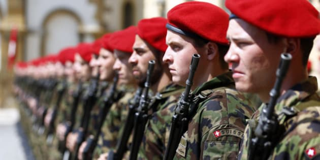 Swiss soldiers line up before the arrival for a meeting of Japan's Crown Prince Naruhito and Swiss President Didier Burkhalter in Neuchatel June 19, 2014. REUTERS/Denis Balibouse (SWITZERLAND - Tags: POLITICS MILITARY)