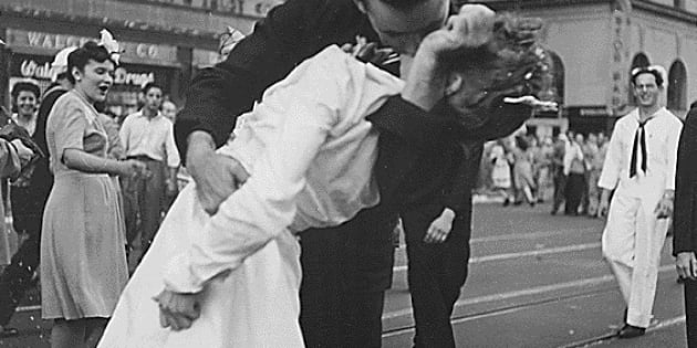 """U.S. Navy sailor Glenn Edward McDuffie (L) kisses a nurse in Times Square in an impromptu moment at the close of World War Two, after the surrender of Japan was announced in New York August 14, 1945. A man who claimed to the sailor seen in the iconic photograph kissing a nurse in New York's Times Square to mark the end of World War Two, has died in Texas at the age of 86, the Houston Chronicle reported on Friday. Glenn Edward McDuffie, who was 18 at the time of the famed """"kiss"""" photo taken in Au"""