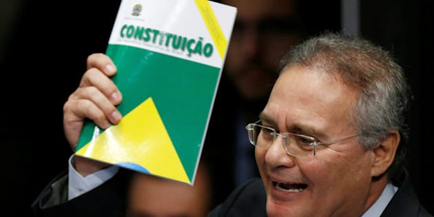 Senate President Renan Calheiros holds the Constitution of Brazil as he attends the final session of voting on suspended Brazilian President Dilma Rousseff's impeachment trial in Brasilia, Brazil, August 31, 2016.  REUTERS/Ueslei Marcelino