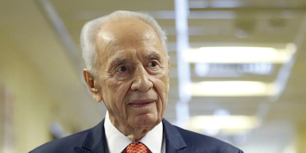 Former Israeli President Shimon Peres delivers a statement to the media as he is discharged from a hospital near Tel Aviv, January 19, 2016. REUTERS/Baz Ratner/File Photo