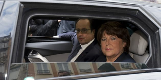 Lille's Mayor Martine Aubry (R) and French President Francois Hollande (L) sit in a car as they leave a restaurant after a lunch at a restaurant in the city centre in Lille, November 22, 2014. REUTERS/Philippe Wojazer  (FRANCE - Tags: POLITICS)