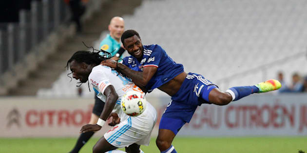 Football Soccer - Olympique Marseille v Olympique Lyon - French Ligue 1 - Velodrome stadium, 18/09/2016 Olympique Marseille's Bafetimbi Gomis (L) in action against Olympique Lyon's Nicolas Nkoulou. REUTERS/Philippe Laurenson